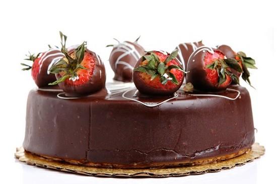 Фото очень красивого торта с клубникой