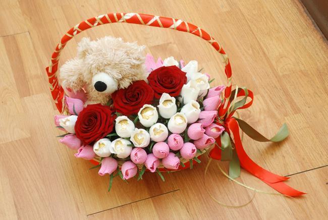 Подарок из цветов конфет в корзине